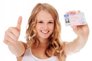 Attraktives Mädchen zeigt stolz ihren Führerschein